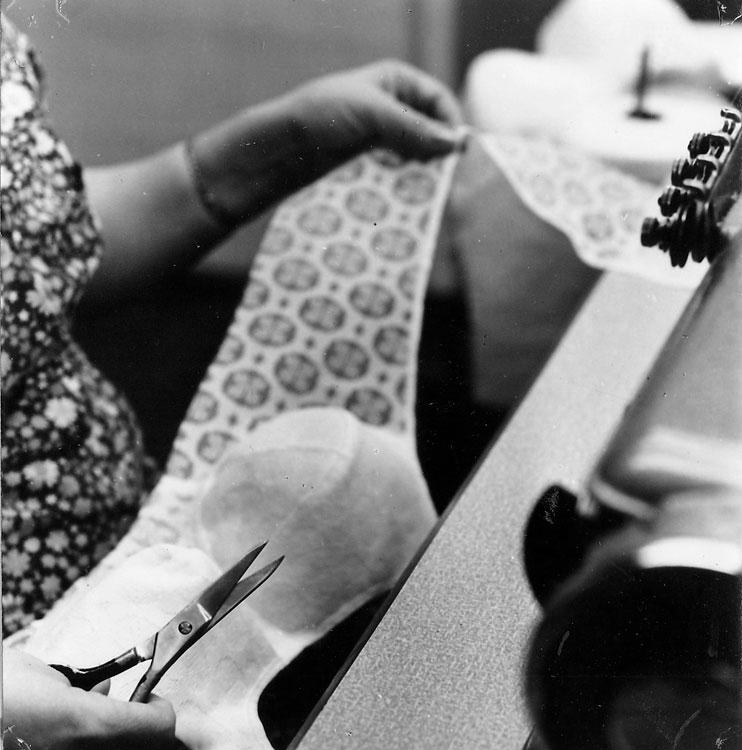 Üks eesrindlikest töövõtetest aastaö 1977 – toote võtmine ja sülle asetamine