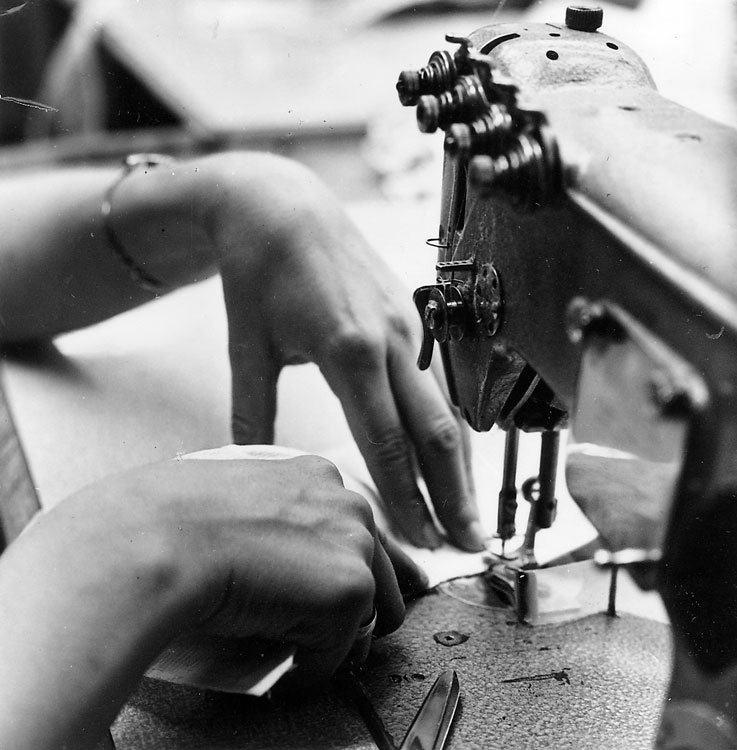 Käte asend rinnahoidja ülemise serva õmblemisel